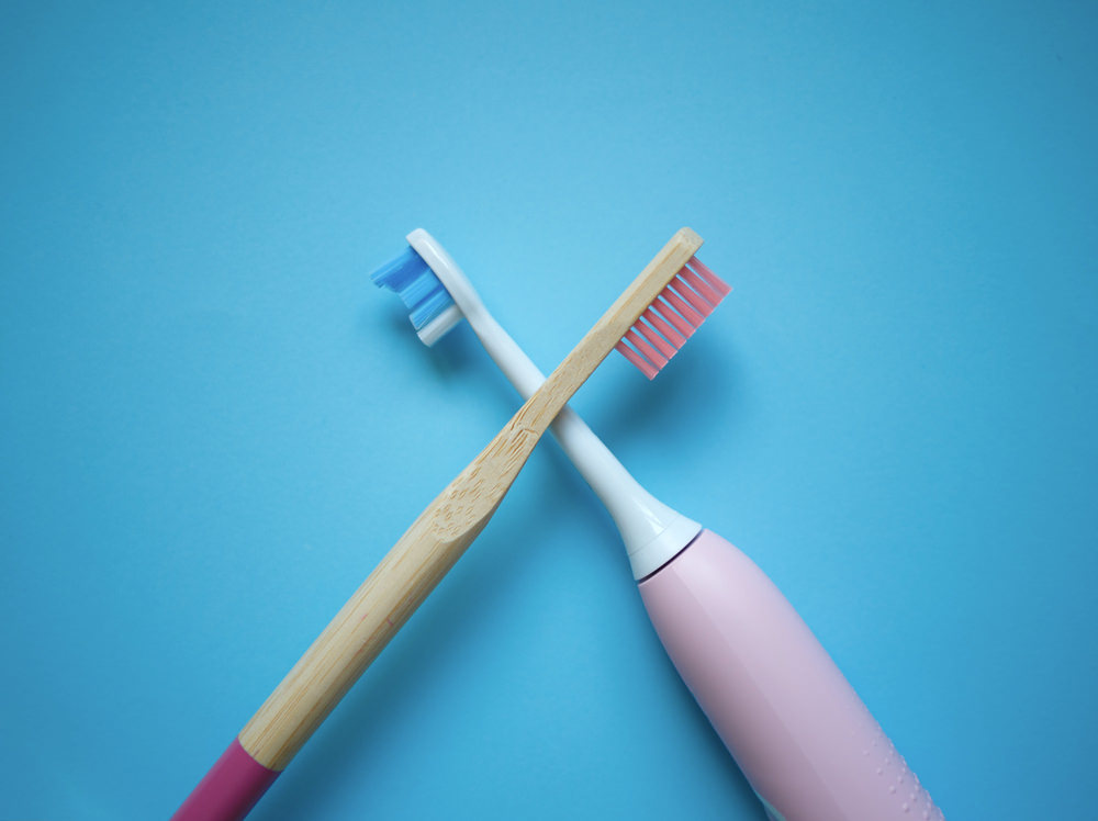 A manual toothbrush vs electric toothbrush