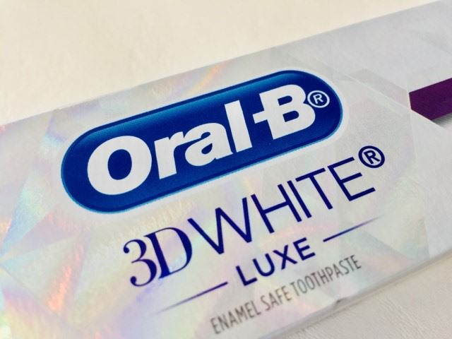 Close up of the Oral-B 3D White Luxe Glamorous White Toothpaste box